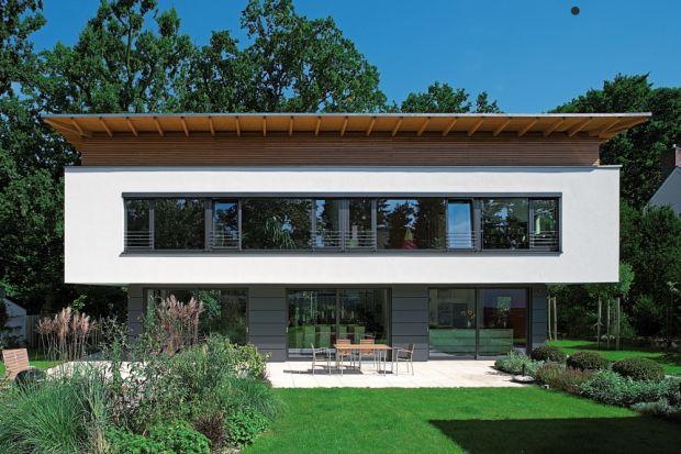 W domach pasywnych i energooszczędnych możemy zamontować duże przeszklenia. Dobrych okien najlepiej szukać u producenta gwarantującego najwyższą jakość bez wyrzeczeń. Przy zakupie okna należy zapoznać się ze specyfikacją techniczną i uzysk