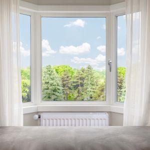 Przed otwarciem okna należy zamknąć zawory termostatyczne przy grzejnikach. Foto Roto