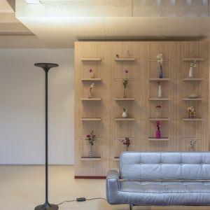 Futurystyczna forma lampy podłogowej Roma LED przykuje wzrok naszych gości. Fot. Tomix