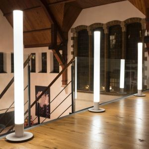 Lampę LED Light Pipe wykonano z aluminium i polimetakrylanu metylu. Przeznaczona jest do oświetlania przestrzeni zarówno wewnątrz, jak i na zewnątrz budynków. Fot. Tomix
