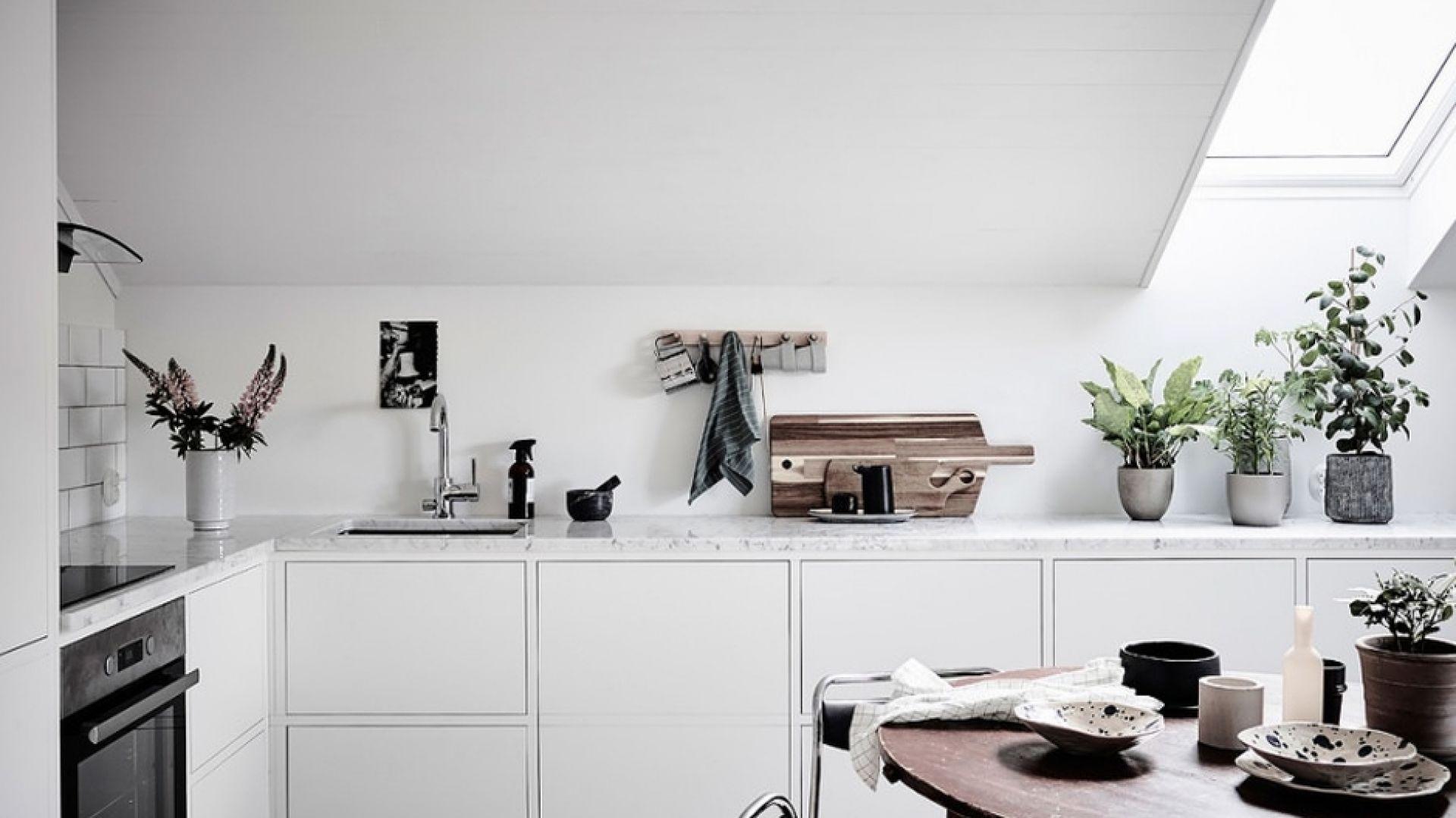 Każda kuchnia powinna być przede wszystkim funkcjonalna. Nawet w najtrudniejszych pomieszczeniach warto zadbać o wygodę gotowania. Fot. CH Fasty