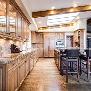 W zależności od charakteru wnętrza, jaki chcemy uzyskać, skośny sufit możemy zabezpieczyć na przykład specjalną farbą przeznaczoną do kuchni. Fot. CH Fasty