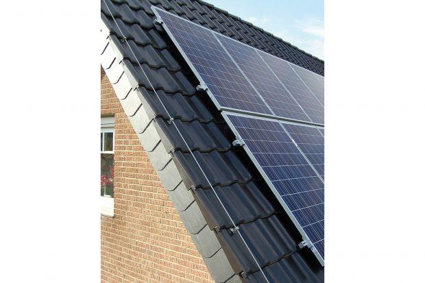 Dom zeroenergetyczny to projekt, w którym koszty zakupu energii są zerowe (jedyne koszty to opłaty stałe związanie z korzystaniem z sieci). Takie rozwiązanie pozwala na całkowitą niezależność od zasobów energetycznych z zewnątrz. Choć z pozo