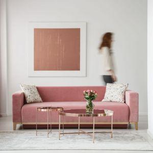 Nie trzeba mieć umiejętności projektanta wnętrz, by z powodzeniem wprowadzić różowe złoto do swojego mieszkania. Odcień ten bowiem, idealnie komponuje się z większością materiałów i kolorów. Fot. 123rf.com
