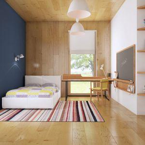 W pokoju dla dziecka jest więcej ciepłego drewna. Biurko ustawiono pod szklanymi drzwiami. Jest też tablica do notowania. Fot. Z500