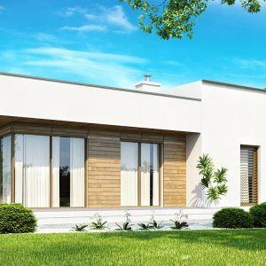 Biała otynkowana elewacja oraz drewniane okładziny są świetnym dopełnieniem stylu modern. Fot. Z500