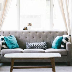 Przy zakupie sofy, kanapy lub narożnika należy zwrócić uwagę na solidność wykonania. Istotną kwestią jest, aby mebel miał trwałą konstrukcję. Fot. CH Fasty