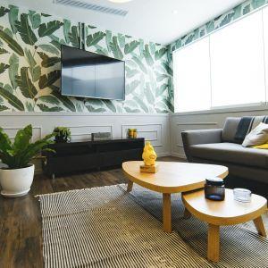 W kwestii wyboru podłóg do salonu mamy sporą dowolność. Najpopularniejsze materiały to panele podłogowe, drewno, wykładzina dywanowa bądź elastyczna. Fot. CH Fasty