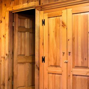 Drewniana boazeria królowała w naszych domach w okresie PRL-u. Ostatnio jednak znów cieszy się uznaniem. Fot. Fotolia