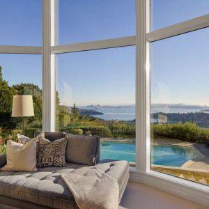 """Duże przeszklenia """"otwierają"""" wnętrze na piękno otaczających widoków. Fot. Open Homes"""