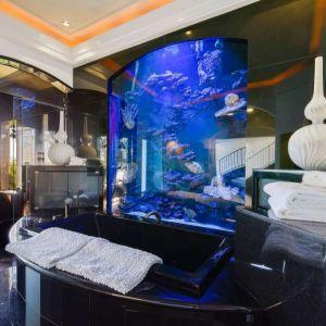 Duże wrażenie robi akwarium w jednej z łazienek. Fot. Open Homes