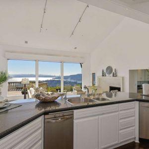 W trakcie przyrządzania posiłków również można podziwiać piękny widok za oknem. Fot. Open Homes