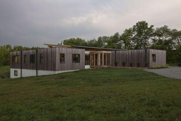 Zespół architektów odpowiedzialnych za projekt tego domuplanował usytuowanie budynku na osi wschód – zachód, aby stworzyć przestrzeń do pasywnego wykorzystania energii słonecznej. Realizację pomysłu udaremniło zakrzywienie znajdującego si
