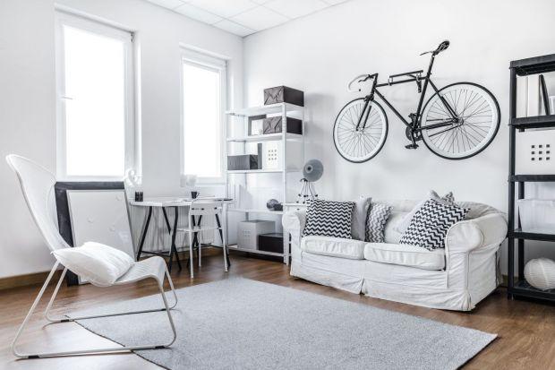 Aranżacja małego mieszkania wymaga przemyślanego planu. Na mniej niż 40 m kw. zmieścimy wszystkie potrzebne sprzęty i urządzenia, jeśli uciekniemy się do kilku sprawdzonych trików. Podstawową zasadą jest tutaj wykorzystanie każdej dostępnej