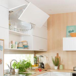 Oprócz tego, że są funkcjonalnym rozwiązaniem, wiszące szafki górne pozwalają w ciekawy sposób zagospodarować ścianę. Fot. Häfele