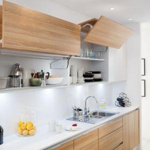 Górne szafki przydają się przede wszystkim w mniejszych kuchniach, kiedy mniej potrzebne na co dzień rzeczy i akcesoria zaczynają nie mieścić się w szafkach i szufladach dolnych. Fot. Häfele