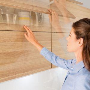 Górne szafki kuchenne to praktyczne rozwiązanie, które jednocześnie może być głównym elementem dekoracyjnym. Fot. Häfele