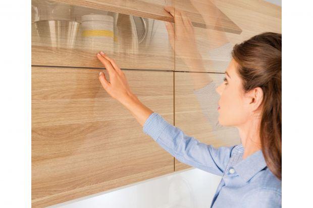 Wiszące szafki kuchenne to doskonałe miejsce do przechowywania. Przydają się przede wszystkim w mniejszych kuchniach, kiedy mniej potrzebne na co dzień rzeczy i akcesoria zaczynają nie mieścić się w szafkach i szufladach dolnych. Wówczas górne