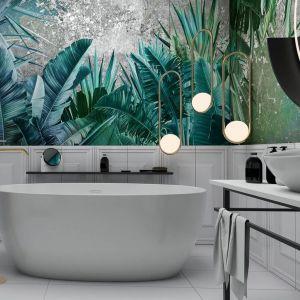 Motywy roślinne połączone z bielą i modnymi złotymi dodatkami świetnie sprawdzą się w łazience. Fot. Ceramika Paradyż