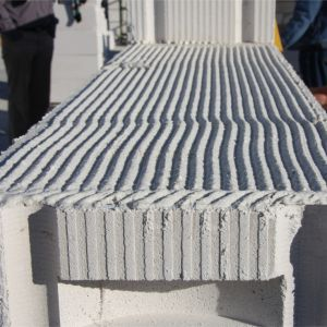 Murowanie z wykorzystaniem zaprawy cienkowarstwowej pozwala zminimalizować powstawanie mostków cieplnych. Fot. H+H Polska