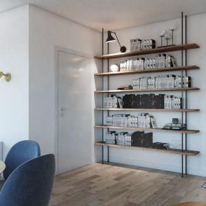 W styl wystroju idealnie wpisuje się regał z metalu z półkami z drewna z odzysku, na których czas zostawił widoczne ślady. Zabudowano nim wolną ścianę przy drzwiach wejściowych. Fot. MGN