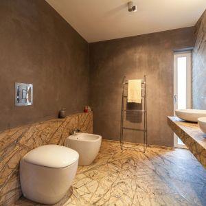 Na piętrze willi znajdziemy łazienki, które zostały ozdobione marmurem firmy Margraf. Został on mistrzowsko ułożony w stylu book-match. Fot. Margraf