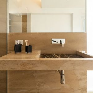 Dominującą rolę w głównej łazience odgrywa kolekcja Port Laurent. Jej czarny kolor i złote żyłki idealnie komponują się z Giallo Ducale, nadając łazience szczególnie elegancki i wyrafinowany charakter. Fot. Margraf