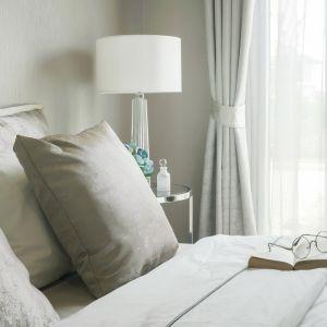 Dzięki stonowanym kolorom, całe wnętrze stanie się idealnym tłem dla designerskich dodatków. Fot. 123rf