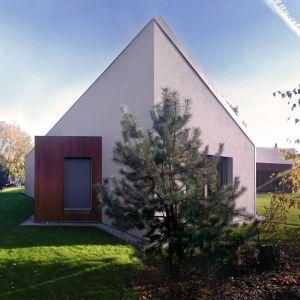 Geometryczny, ekstrawagancki dom wyróżnia się na tle typowej, podmiejskiej zabudowy jednorodzinnej.Fot. 3DPROJEKT