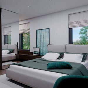 W sypialni dominuje biel ocieplona drewnem i ożywiona ciemniejszymi akcentami. Fot. HomeKONCEPT
