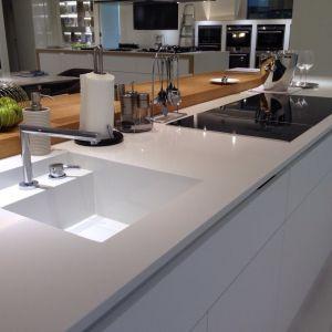 Konglomerat kwarcytowy Absolute White, dzięki swoim właściwościom można także wykorzystać do budowy zlewozmywaka kuchennego. Fot. TechniStone