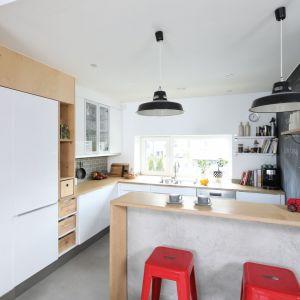 Biel w kuchni jest świetnym tłem dla różnokolorowych dodatków. Projekt: Małgorzata Przybyła, Dawid Czyż. Fot. Bartosz Jarosz