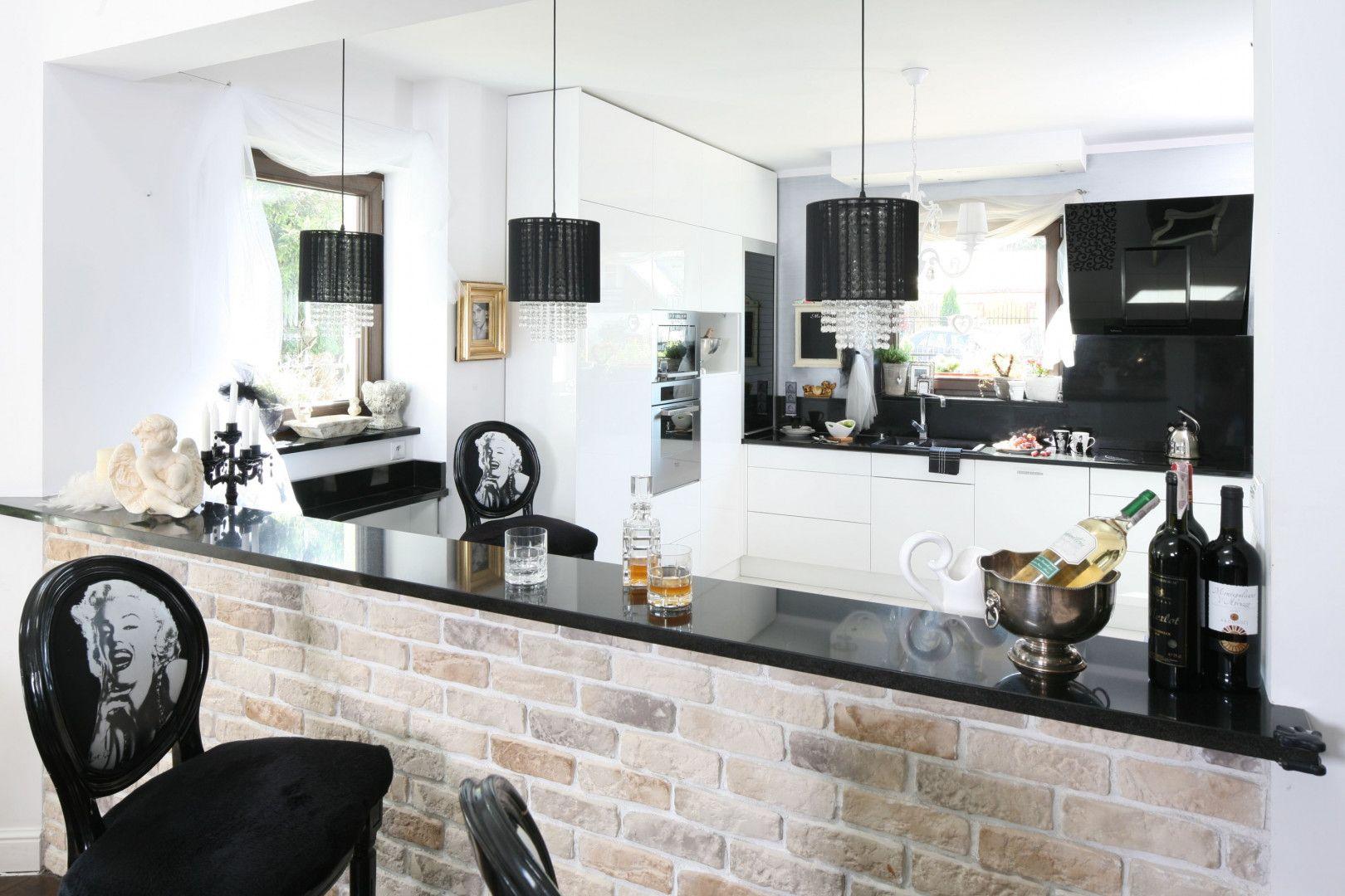 Czarne elementy dodają elegancji białej kuchni. Projekt: Magdalena Konochowicz. Fot. Bartosz Jarosz
