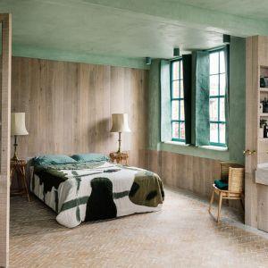 W sypialni króluje drewno, które ociepla wnętrze. Fot. Chan and Eayrs
