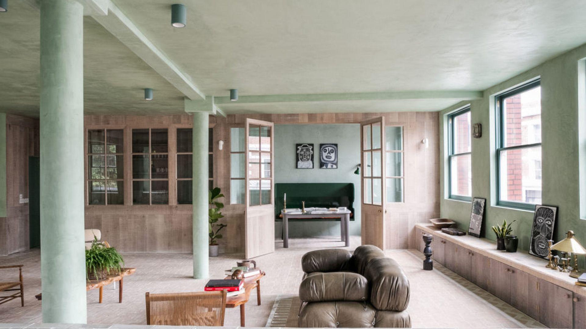 Jasnozielone ściany tego loftowegomieszkania nawiązują do drzew znajdujących się w okolicy. Fot. Chan and Eayrs