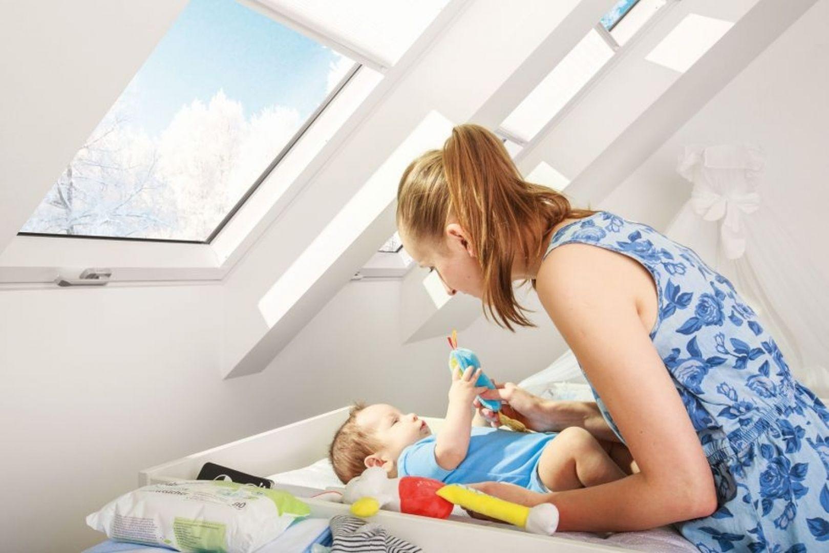 """Warto zwrócić uwagę na okna trzyszybowe, charakteryzujące się bardzo dobrą izolacją termiczną i akustyczną. Teraz dzięki programowi """"Czyste Powietrze"""" takie wyroby można zakupić z dofinansowaniem. Fot. Fakro"""