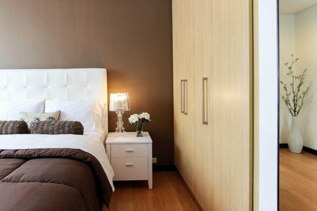 W mieszkaniach każdy metr kwadratowy jest na wagę złota. Nic więc dziwnego, że Polacy często rezygnują z sypialni lub urządzają ją w najmniejszym czy mało ustawnym pokoju. To właśnie dlatego aranżacja tego pomieszczenia może nastręczać pe