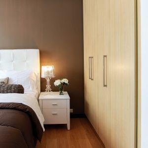 Na sypialnię z reguły przeznaczamy najmniejszy pokój w mieszkaniu. Warto jednak wiedzieć, że nawet na ograniczonej powierzchni można stworzyć ciekawą i funkcjonalną aranżację. Fot. CH Fasty