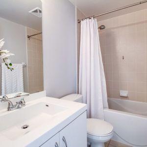 Aby zapewnić przyjemny mikroklimat w łazience, należy regularnie wietrzyć pomieszczenie. Fot. Pixabay