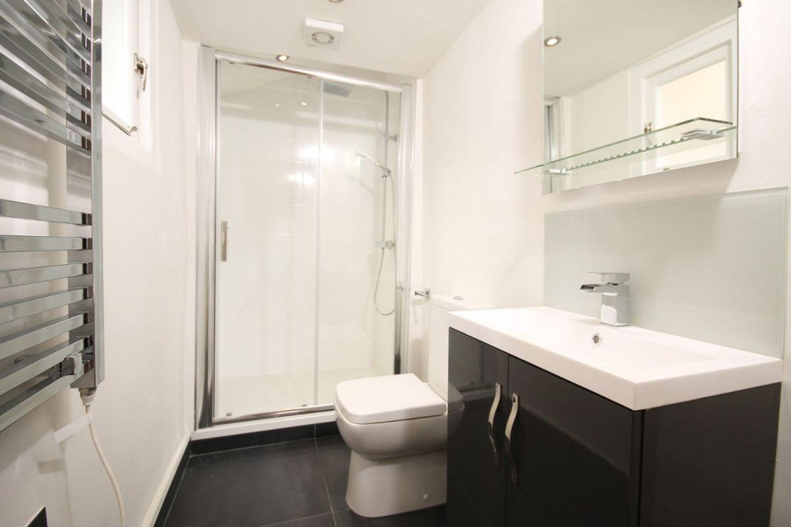 Aby wspomóc cyrkulację powietrza w tzw. ciemnej łazience (bez okna), możemy zastosować wentylator mechaniczny. Fot. Pixabay