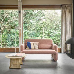 Najmodniejsze meble i dodatki charakteryzują łagodne krzywizny. Zaokrąglone podłokietniki, przepastne siedziska i wygodne oparcia sof czy foteli to obietnica komfortowego odpoczynku – wręcz zapraszają, żeby się w nich zagłębić i beztrosko relaksować. Fot. Dutchhouse