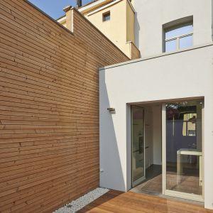 Naturalny urok drewna sprawia, że jest ono chętnie wykorzystywane na ścianach zewnętrznych domu. Fot. Fotolia