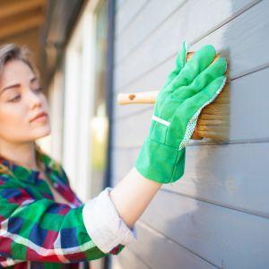Do dekoracyjno-ochronnego malowania zabezpieczonego wcześniej impregnatem drewna dobrym rozwiązaniem jest lakierobejca. Fot. Fotolia