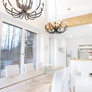 Dzięki technologii szkieletowej przy zachowaniu standardów nowoczesnego budownictwa wyznaczanych przez możemy wybudować obiekt, którego parametry przełożą się bezpośrednio na zużycie energii, polepszenie jakości powietrza i akustyki oraz zwiększenie ilości światła naturalnego we wnętrzach. Obiekty niskoenergetyczne mogą być więc zaprojektowane pod względem potrzeby komfortu w wymienionych aspektach. Fot. Eco Ready House - Multi Comfort Saint-Gobain