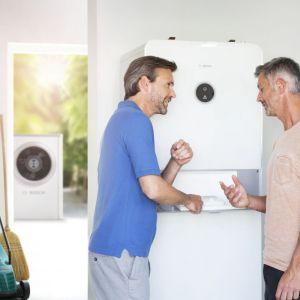 Do głównych zalet powietrznych pomp ciepła należy łatwy montaż instalacji, który nie wymaga przeprowadzenia zaawansowanych i kosztownych prac ziemnych, jak w przypadku pomp gruntowych. Fot. Bosch