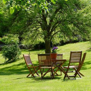 Trudno wyobrazić sobie ogród bez wygodnego miejsca w którym można usiąść, aby się zrelaksować, wsłuchując się w szelest liści i śpiew ptaków. Fot. Tikkurila
