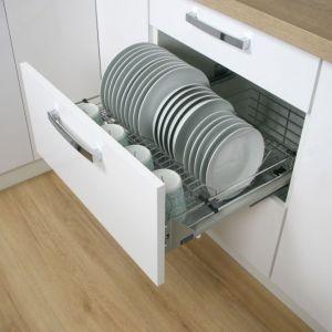 Ażurowe szuflady to idealne miejsce do przechowywania pokrywek, dużych naczyń, a także produktów, które wymagają cyrkulacji powietrza. Fot. Rejs