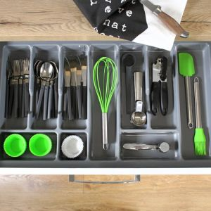 Kluczem do zaprowadzenia porządku w kuchennych szufladach jest odpowiednia ich organizacja. Fot. Rejs