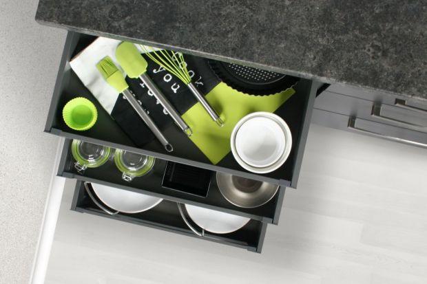 Bez dwóch zdań systemy wysuwne – w tym szuflady, to jedno z najbardziej funkcjonalnych rozwiązań w meblach kuchennych. I to nie tylko dlatego, że dzięki pełnemu wysuwowi zapewniają bezproblemowy dostęp do wszystkich przechowywanych produktów �