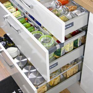 Szuflady są praktyczne przede wszystkim z tego powodu, że znacznie ułatwiają zorganizowanie i utrzymanie porządku w kuchennych szafkach. Fot. Rejs